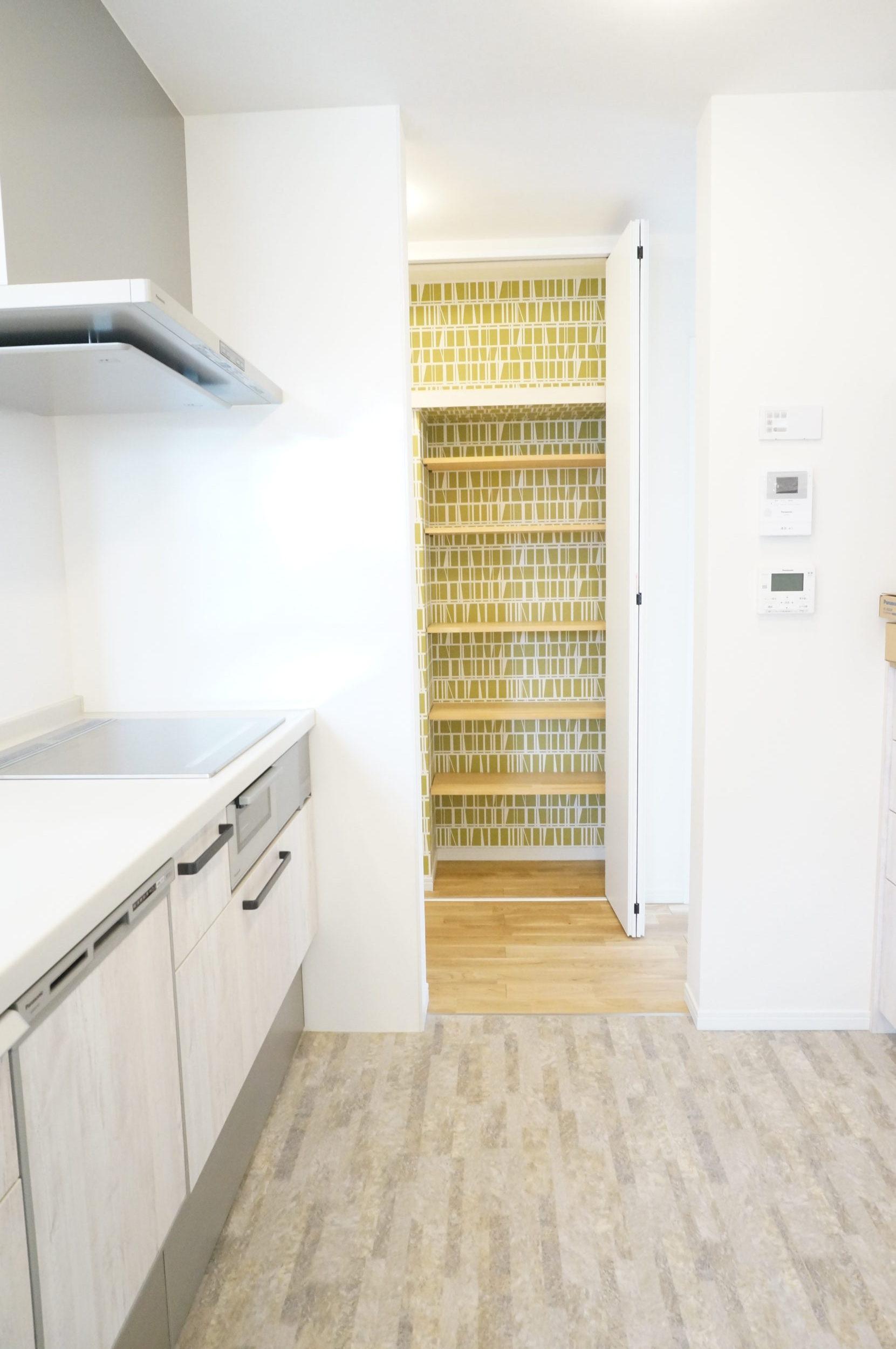 キッチン横の収納棚1