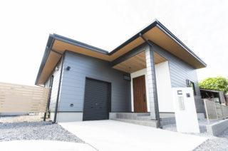 90坪の敷地に建つガルバの平屋【新築】