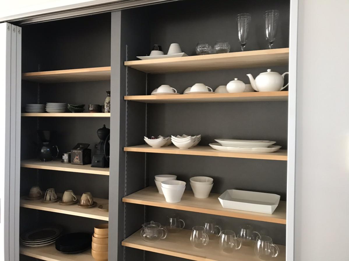 キッチンすぐ横の食器棚