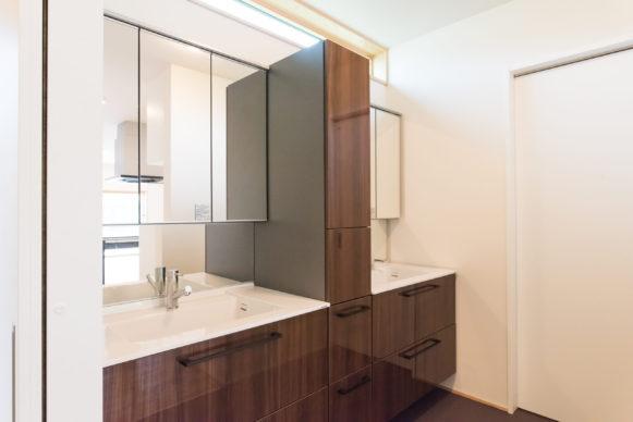 個室にはしないでホールにある洗面スペース