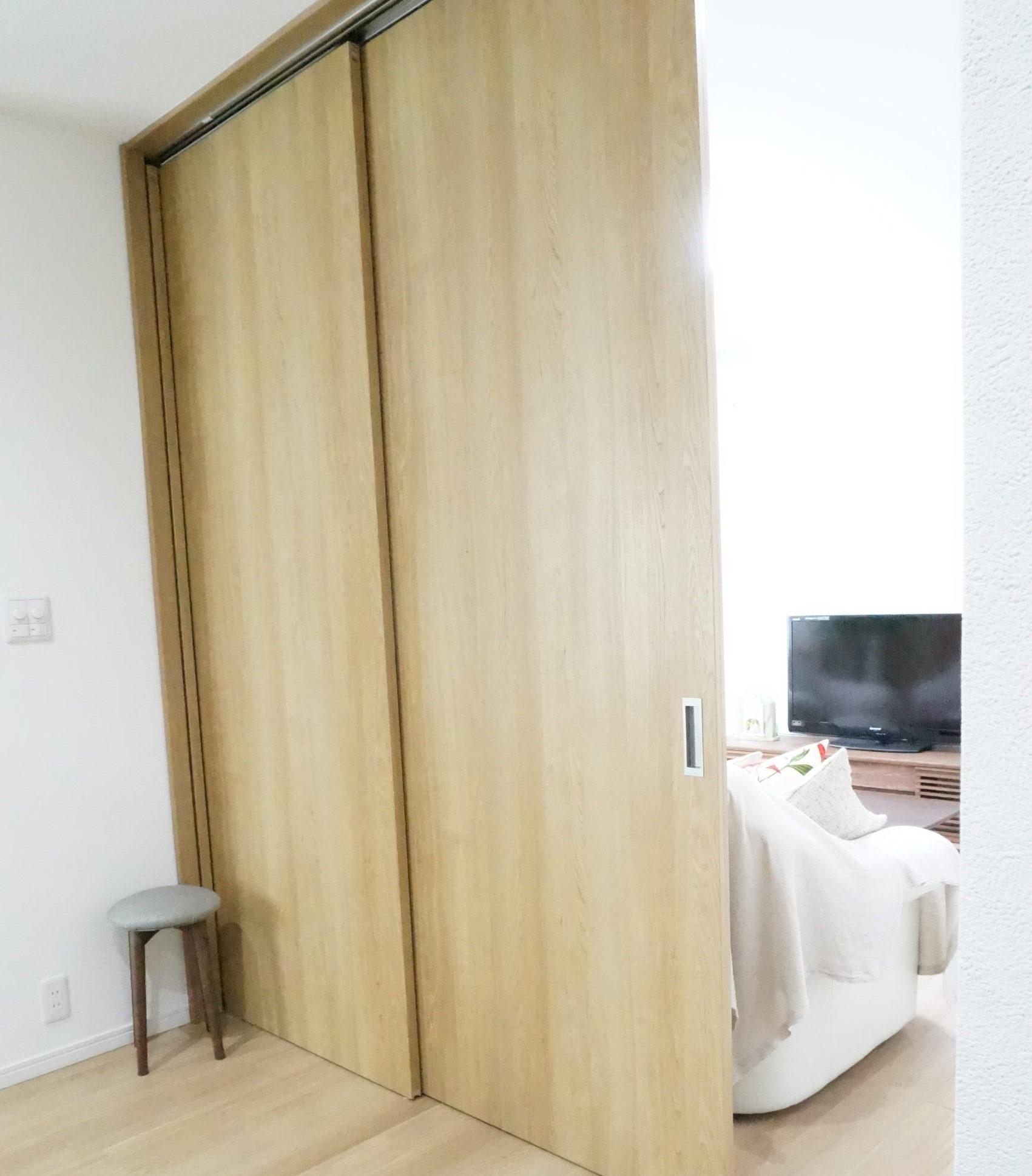リビングとキッチン側スペースとの間仕切り。可変性のある空間。