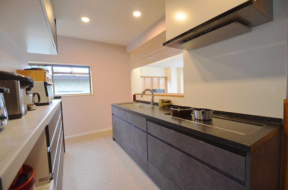 充分な奥行きと作業スペースが確保されたキッチン